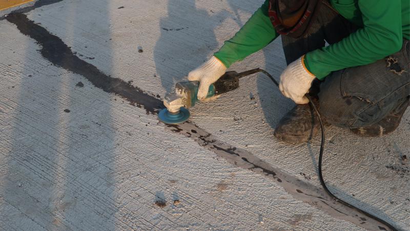 งานซ่อมพื้นถนนคอนกรีตแตกร้าวด้วยวิธีการ Epoxy Injection  ถนนหมู่บ้าน จ.ชลบุรี